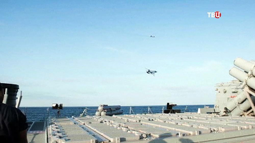 """Истребители Су-24 ВКС России рядом с эсминцем ВМС США """"Дональд Кук"""""""