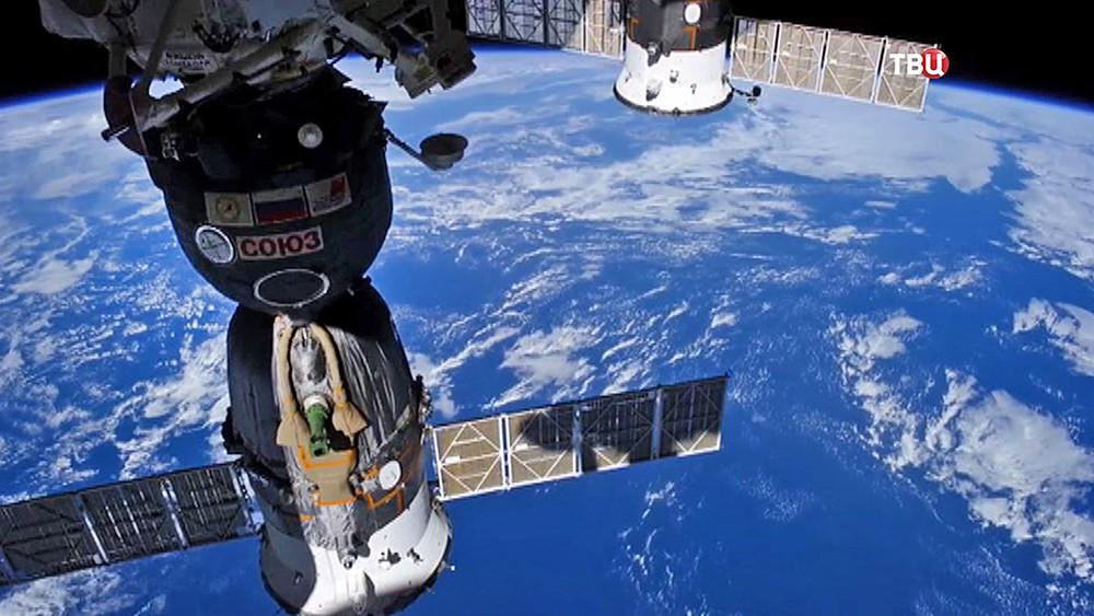 "Корабль ""Союз"" на орбите Земли"