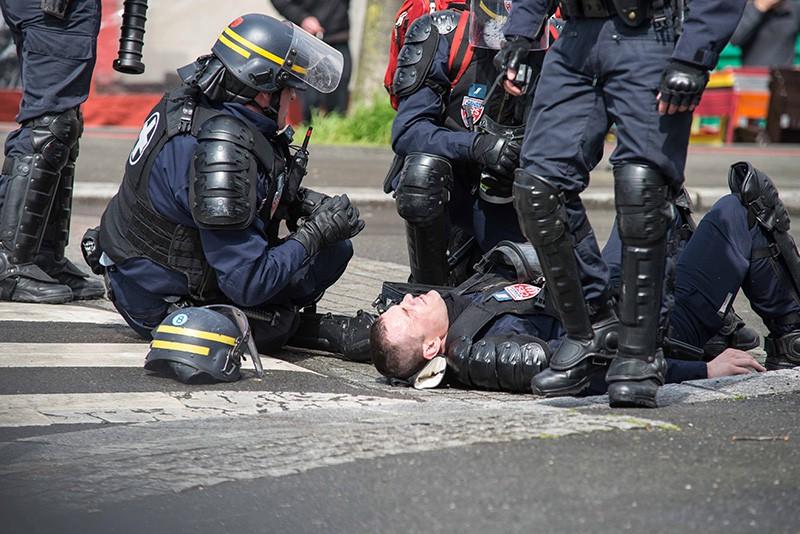 Пострадавший в уличных беспорядках французский полицейский