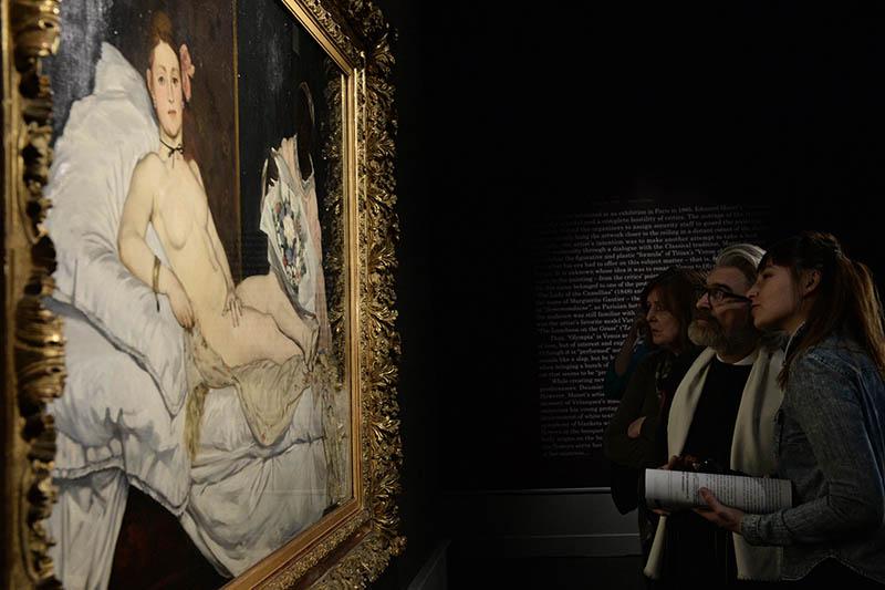 """Посетители рассматривают картину """"Олимпия"""" Эдуарда Мане"""