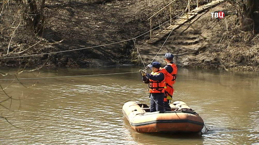 Лодочная переправа через реку Осетр