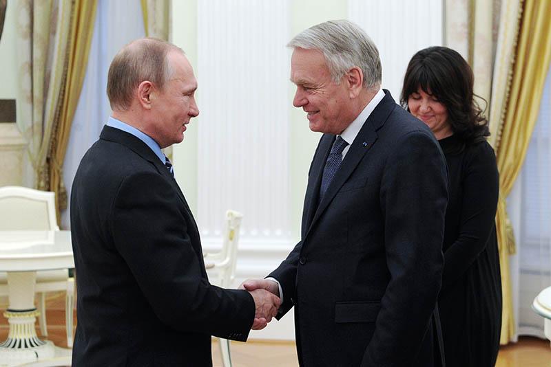 Президент России Владимир Путин и глава МИД Франции Жан-Марк Эйро во время встречи в Кремле