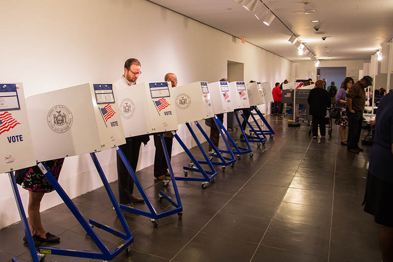 Голосование на избирательном участке в Нью-Йорке