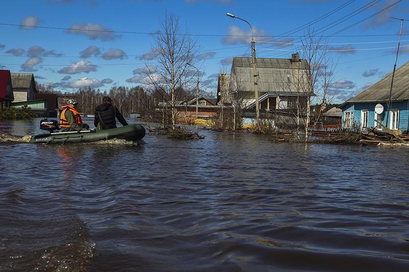 Мужчины на лодке во время паводка