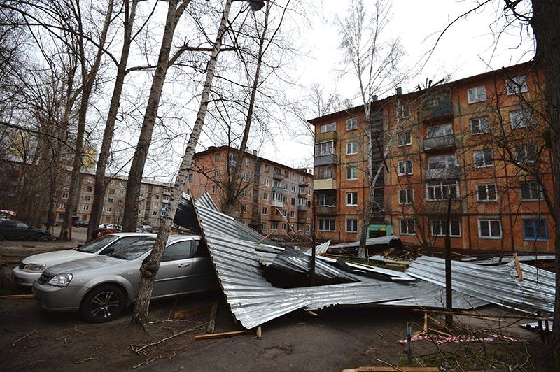 Обломки поврежденной кровли многоэтажного дома