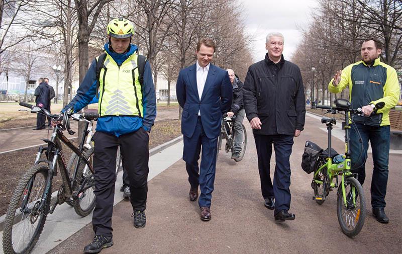 Сергей Собянин общается с велосипедистами