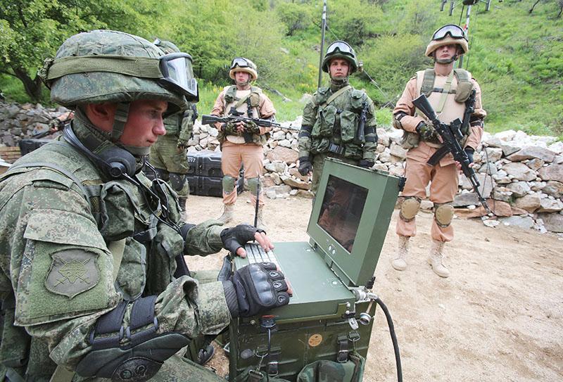 Военнослужащий армии Белоруссии демонстрирует работу системы радиоэлектронной разведки