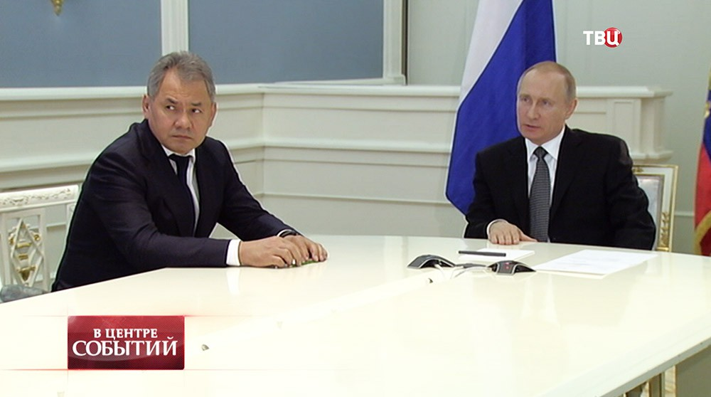 Президент России Владимир Путин и министр обороны РФ Сергей Шойгу во время доклада в режиме видеоконференции начальника инженерных войск