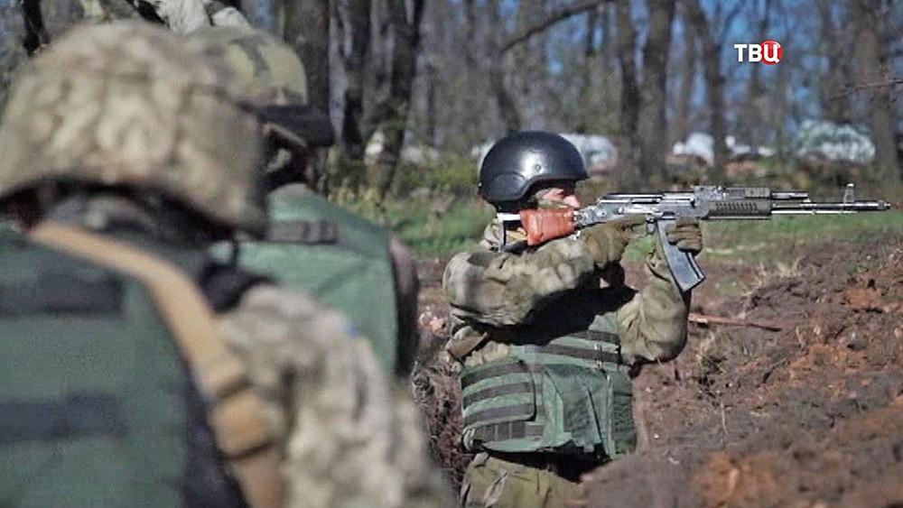 Украинские военные ведут военные действия в Донбассе