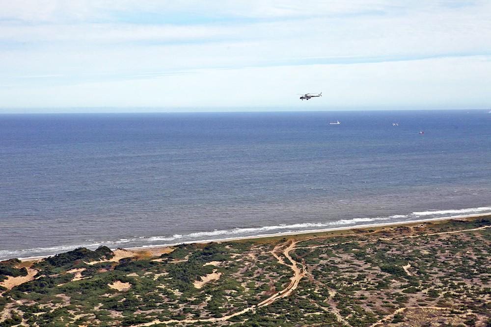 Вртолет Ми-8 над берегом
