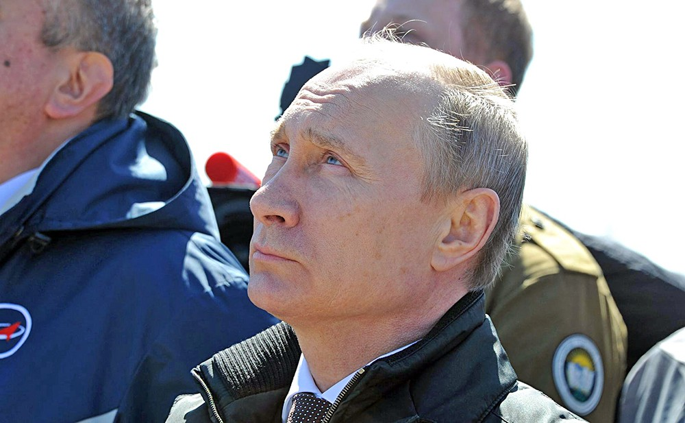 """Президент России Владимир Путин наблюдает за стартом ракеты-носителя """"Союз"""" на космодроме """"Восточный"""""""
