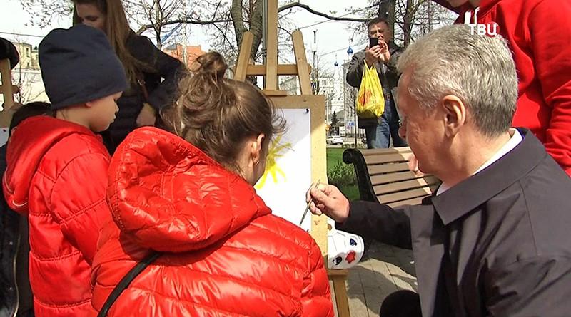 Сергей Собянин рисует с девочкой