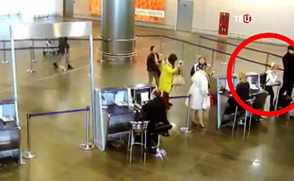 Девочка-авиазаяц проходит зону паспортного контроля в аэропорту