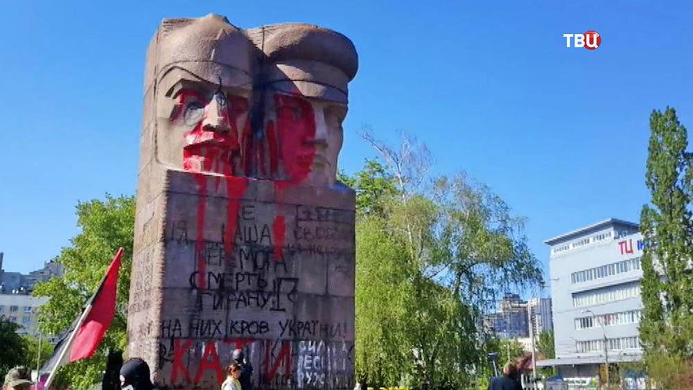 Акт вандализма над советским памятником на Украине