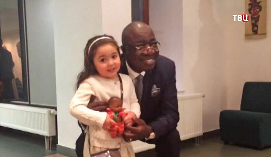 Девочка желающая уехать в Африку в посольстве Сьерра-Леоне