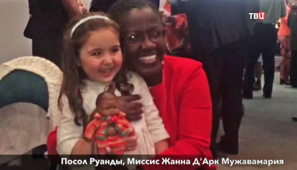 Девочка желающая уехать в Африку в посольстве Руанды