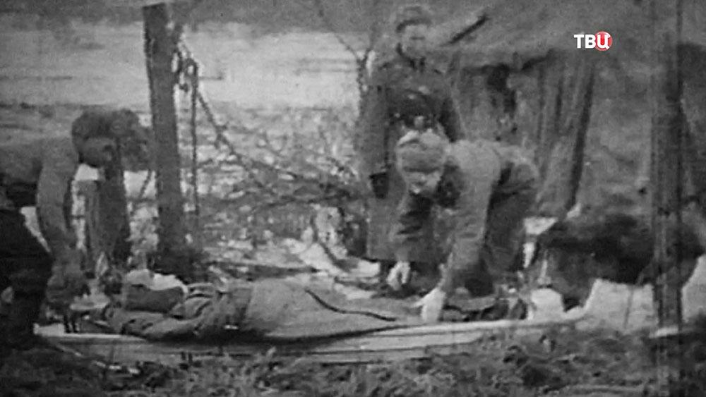Медсестры на передовой переносят раненных