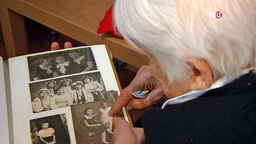 Ветеран ВОВ смотрит старые фотографии
