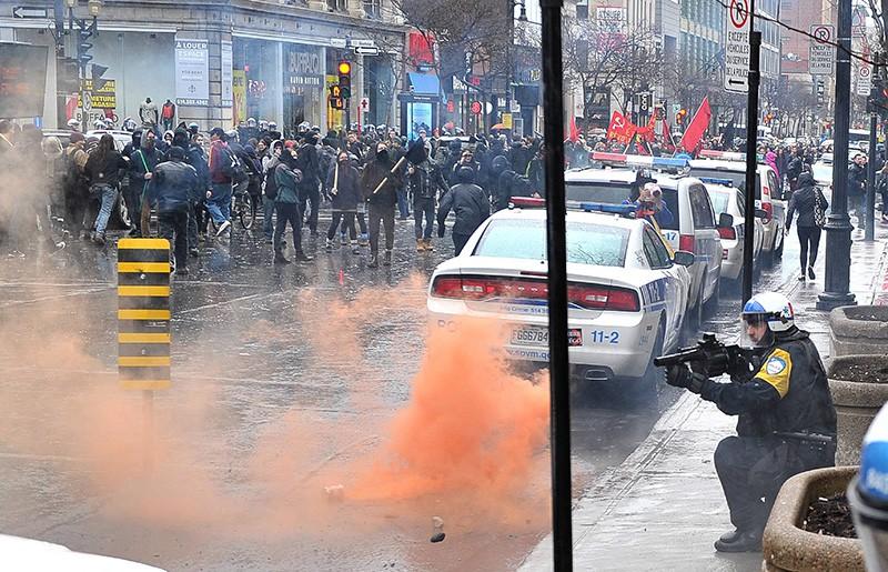 Столкновения демонстрантов с полицией