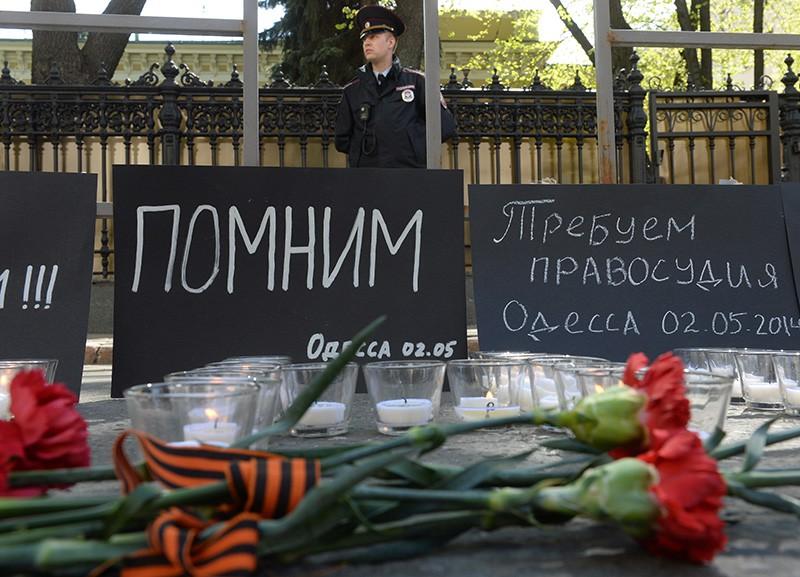 Сотрудник полиции у посольства Украины в Москве, где проходит акция в память о погибших при пожаре в одесском Доме профсоюзов
