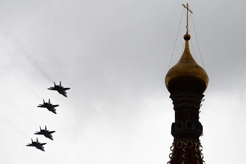 Самолеты МиГ-31 во время генеральной репетиции военного парада в честь Дня Победы на Красной площади в Москве