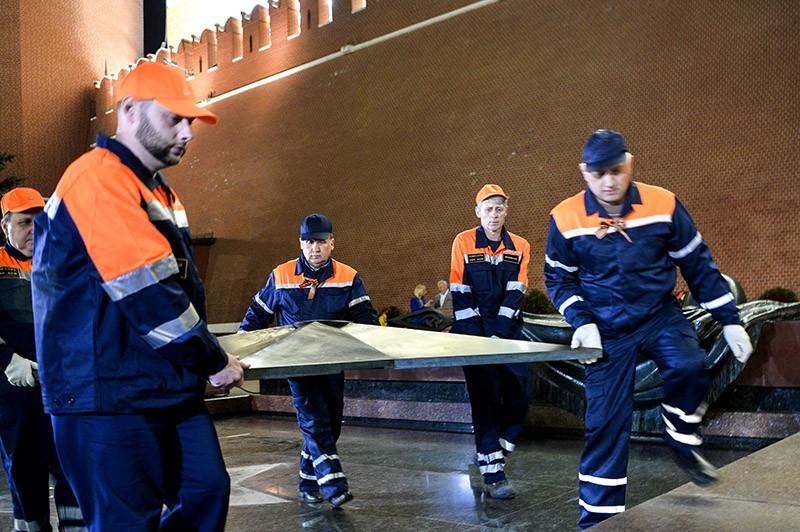 """Специалисты ОАО """"Мосгаз"""" проводят работы по профилактике горелки Вечного огня"""