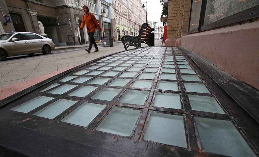 Восстановленные чугунные решетки начала XX века, найденные в ходе благоустройства на ул. Мясницкая