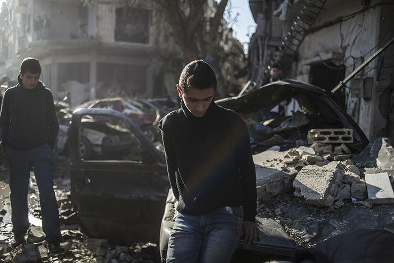 Горожане и родственники погибших и раненых во время террористического акта в пригороде города Хомс