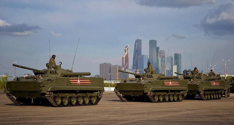 Боевые машины пехоты БМП-3 перед ночной репетицией военного парада на Красной площади