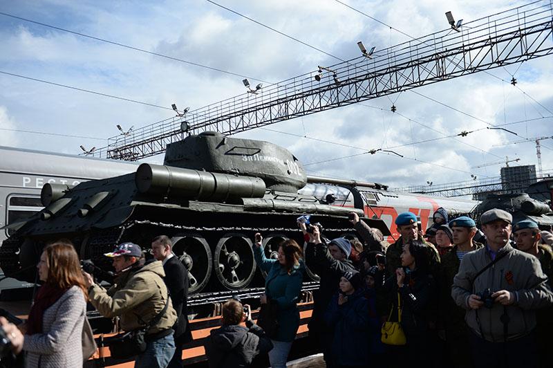 """Встречающие агитпоезд """"Армия Победы"""" на вокзале Владивостока"""