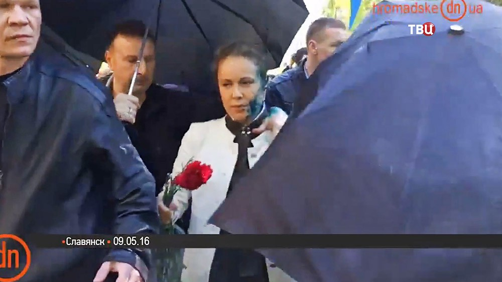 Украинские радикалы облили зеленкой народного депутата Наталию Королевскую
