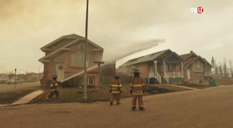 Пожарные борется с огнем