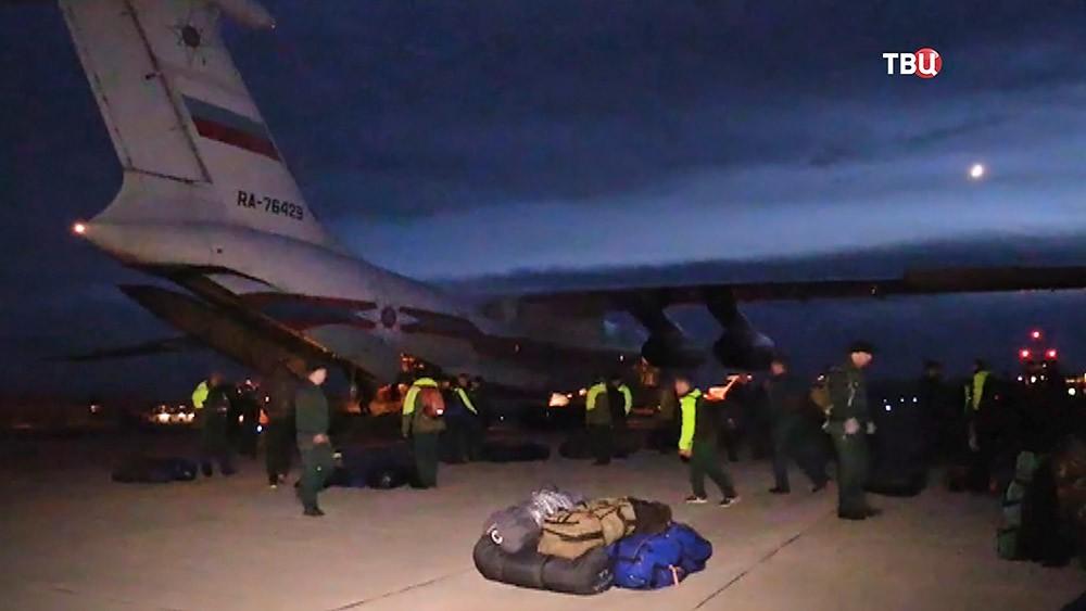 Спецборт МЧС доставил спасателей для борьбы с лесными пожарами