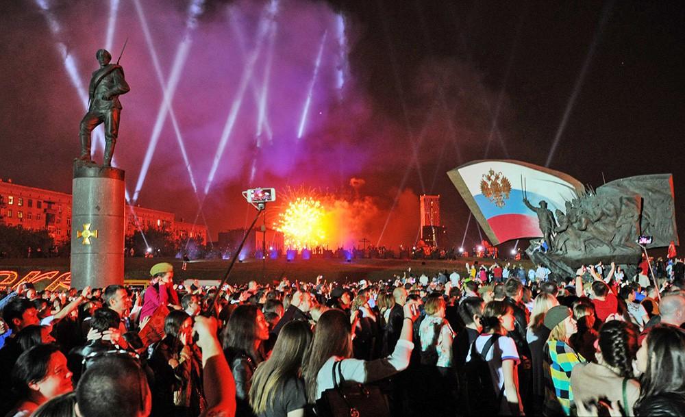 Праздничный салют в честь годовщины победы в Великой Отечественной войне на Поклонной горе