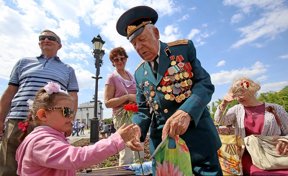 Дети поздравляют ветеранов с Днем Победы