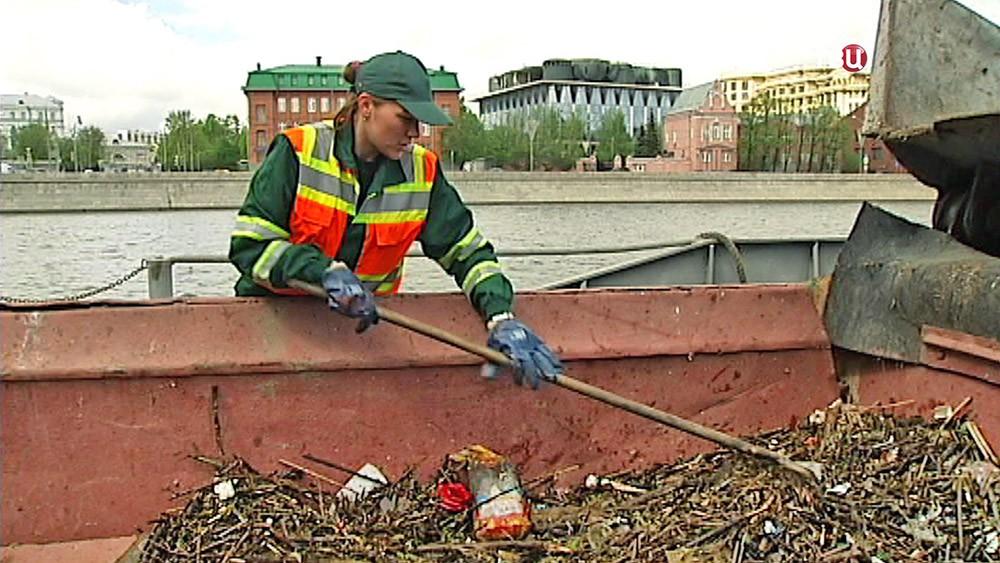 Сбор мусора на Москве-реке