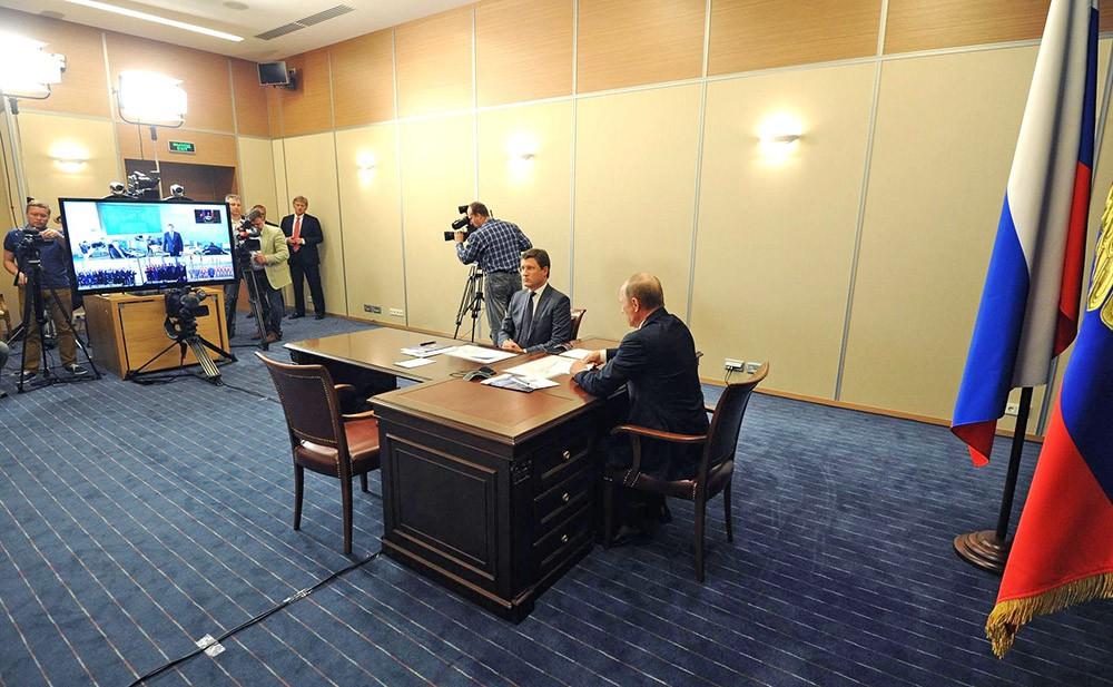 Президент России Владимир Путин во время совещания в формате видеоконференции по вопросам энергообеспечения Крыма