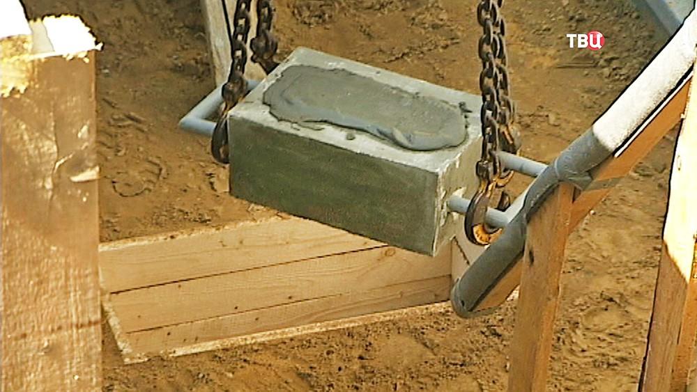 Закладка капсулы в фундамент строящегося в МГСУ бассейна