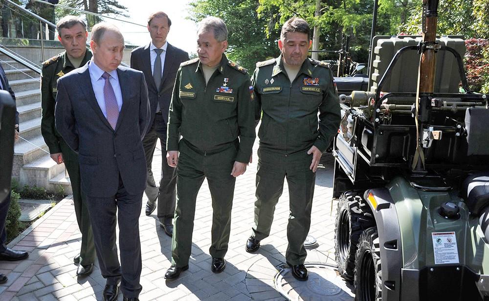 Владимир Путин осматривает военную технику