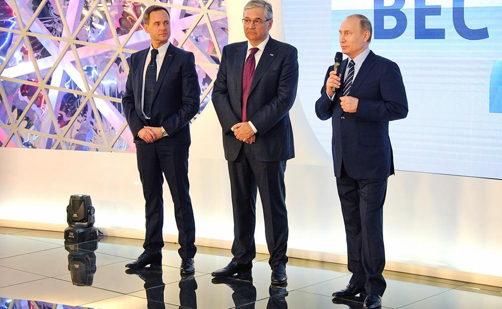 Президент России Владимир Путин (справа) и гендиректор ВГТРК Олег Добродеев (в центре)