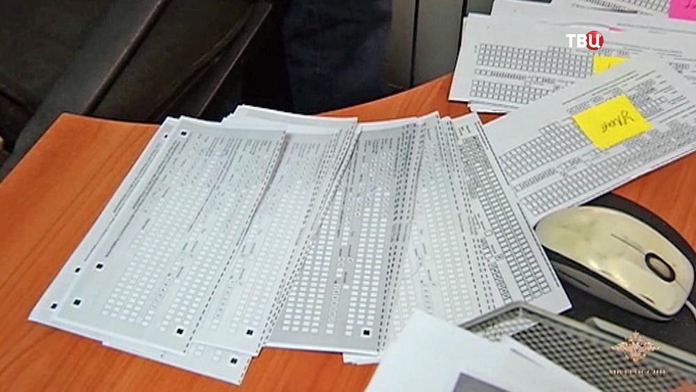 Бумаги в центре незаконной миграции