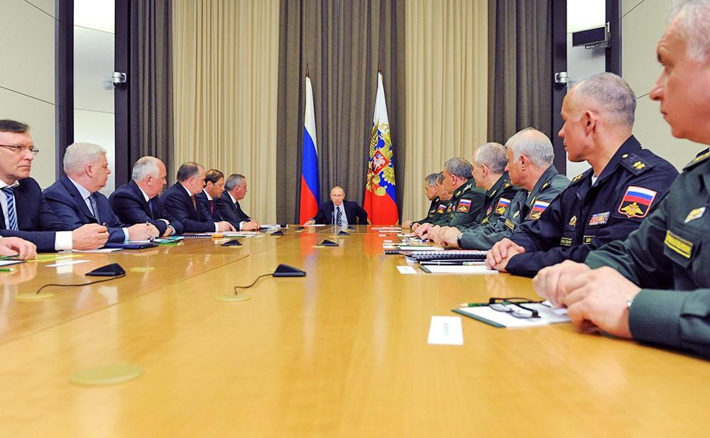 Президент России Владимир Путин во время совещания по вопросам развития оборонной промышленности