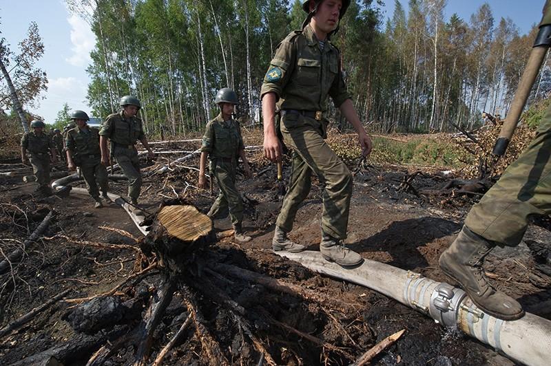 Военнослужащие во время тушения лесного пожара