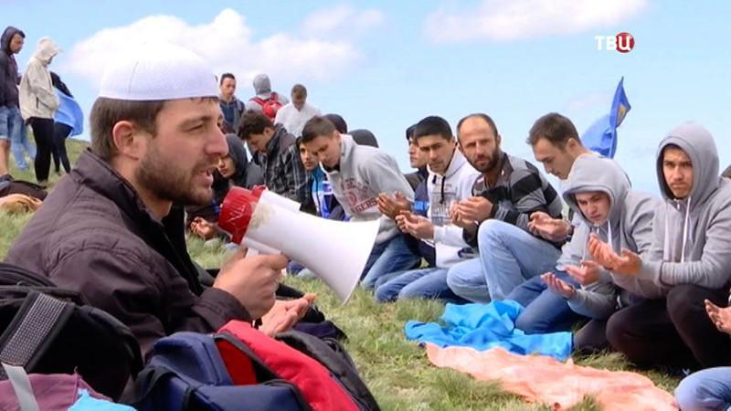 Татары читают молитву