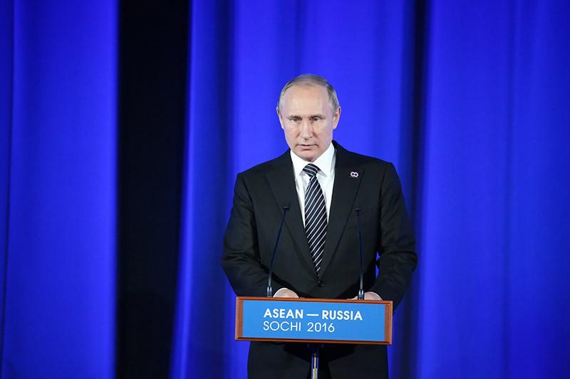 Президент России Владимир Путин выступает на торжественном приеме в честь глав делегаций - участников саммита Россия — АСЕАН