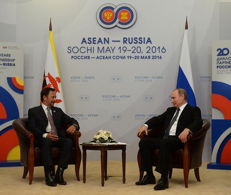 Президент России Владимир Путин и султан Государства Бруней-Даруссалам Хаджи Хассанал Болкиах