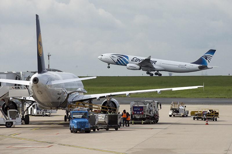 Самолет Airbus A320 авиакомпании AgyptAir во время взлета