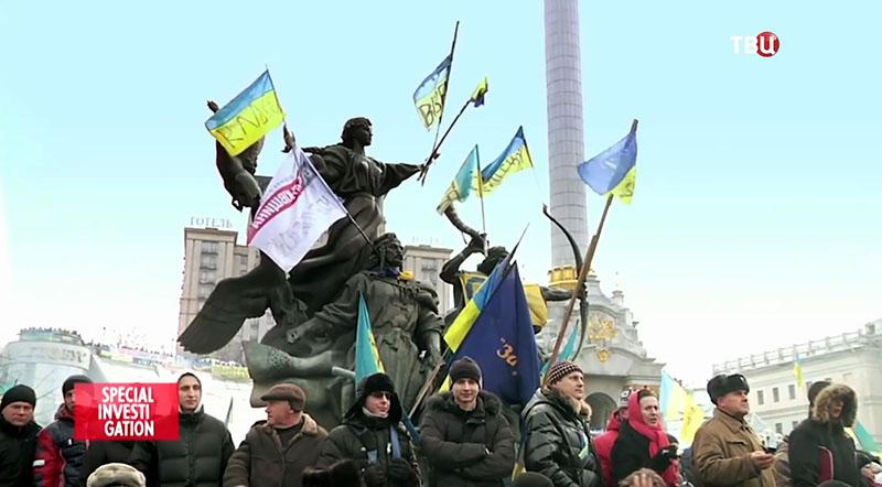 """Активисты на Майдане в Киеве. Кадр из фильма """"Маски революции"""""""