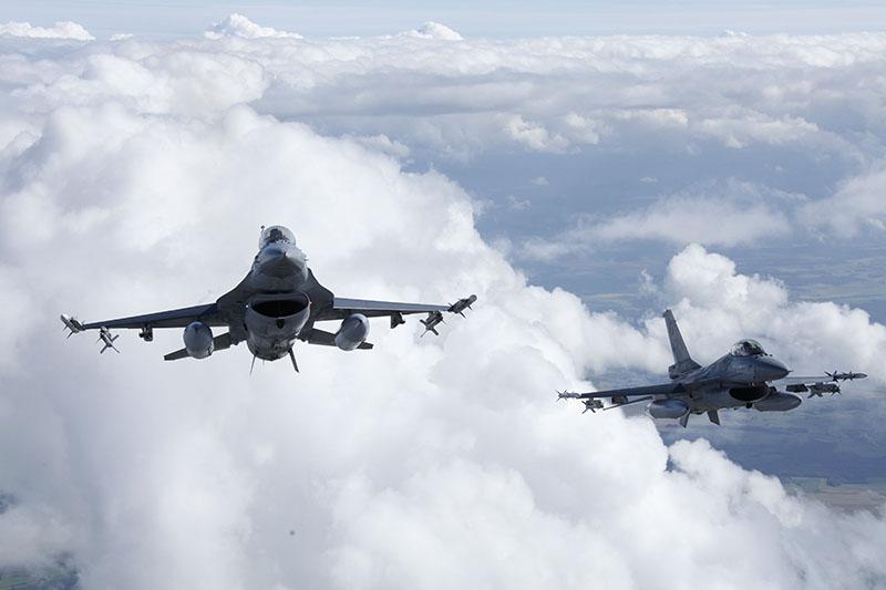 Пара истребителей F16