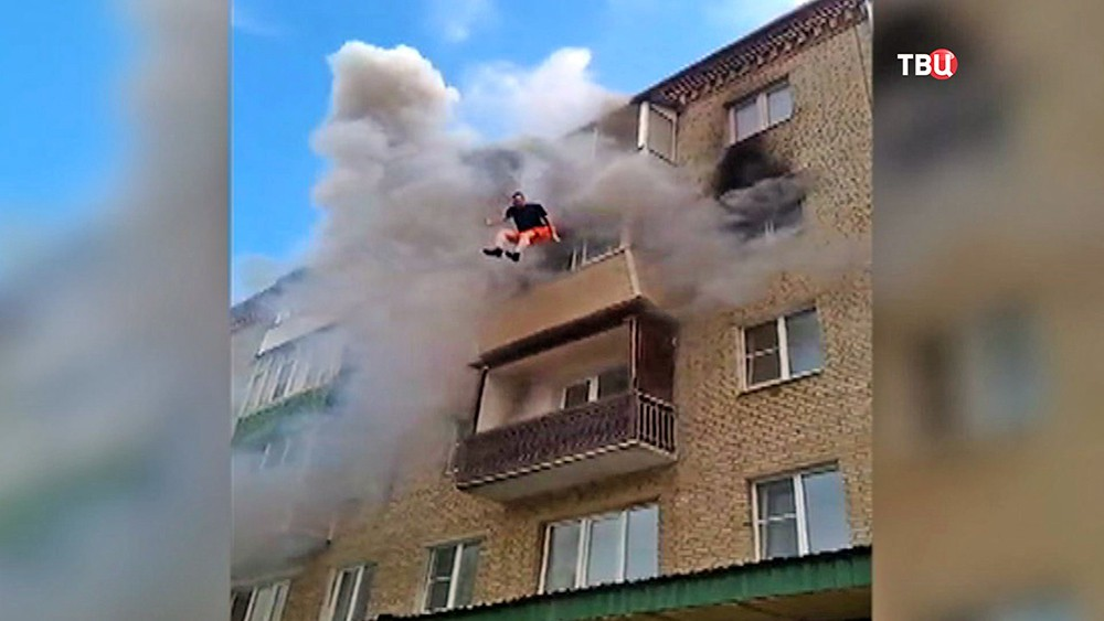 Жители Струнино спасают семью из горящей квартиры